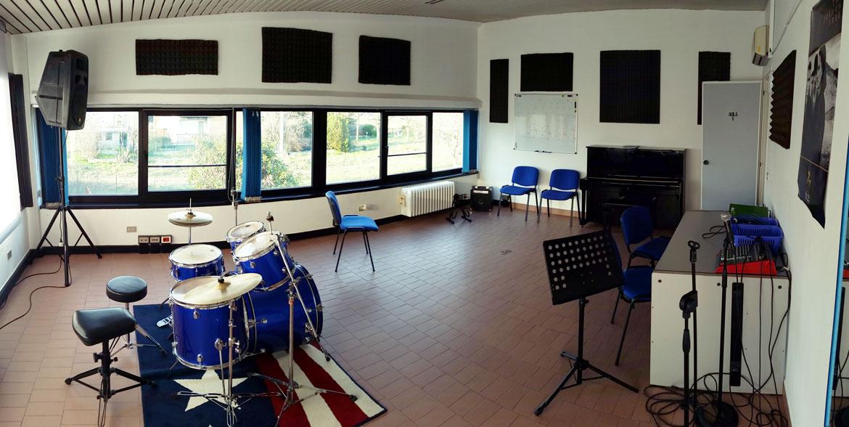 Aula 1 - sala prove, pianoforte, canto, batteria
