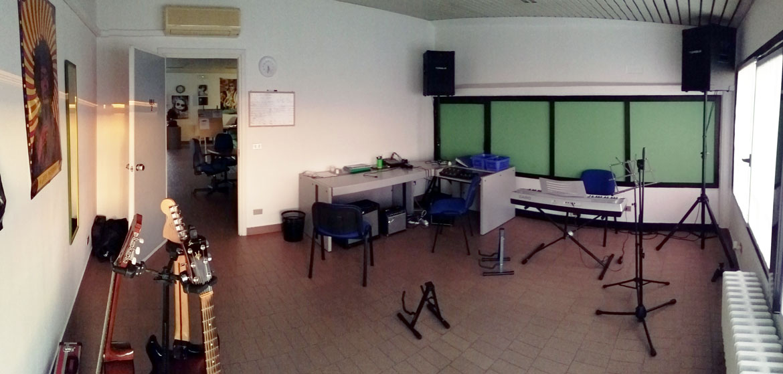 Aula 2 - sala prove, chitarra, basso